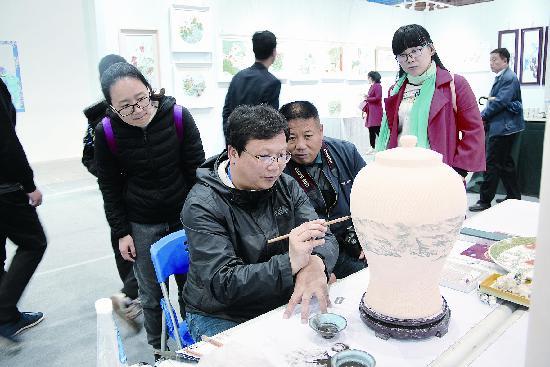 潍坊市民冒雨参观文展会,陶瓷大师精品展人气旺
