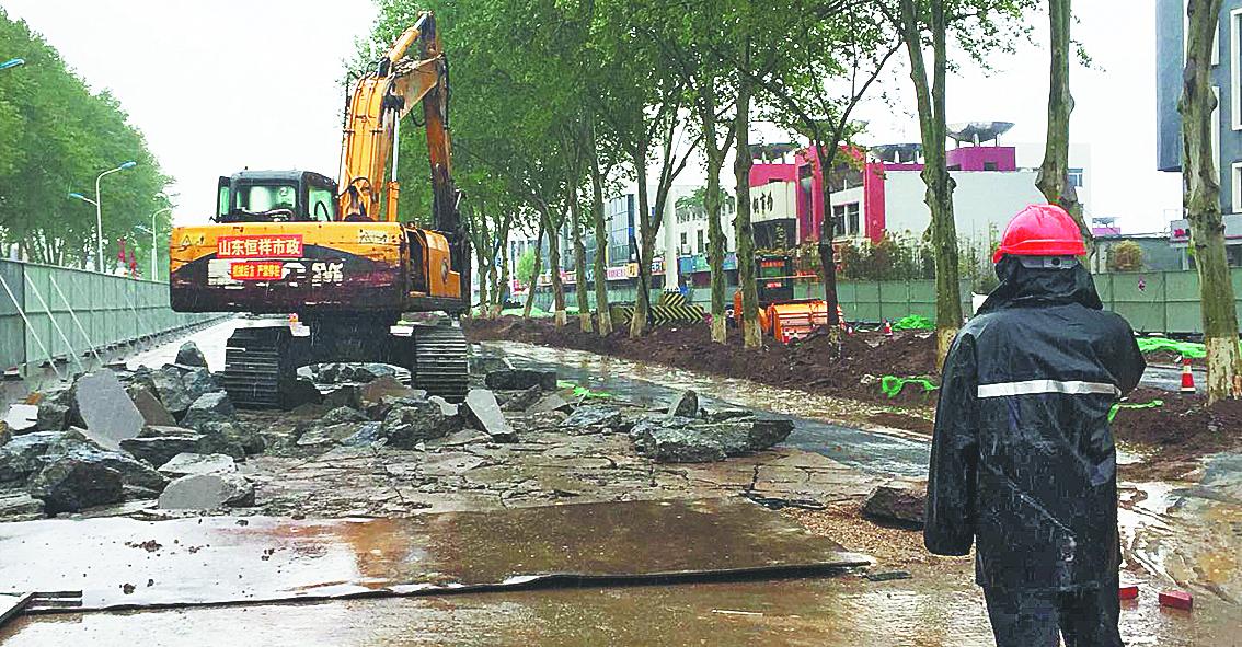 淄博柳泉路改造日记:工人雨中坚持施工