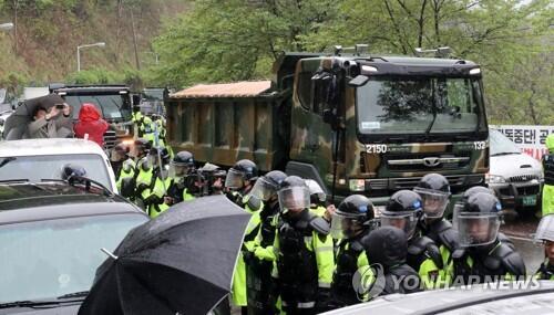 """10辆施工车再入""""萨德""""基地 韩警方投入千名警力""""护送"""""""