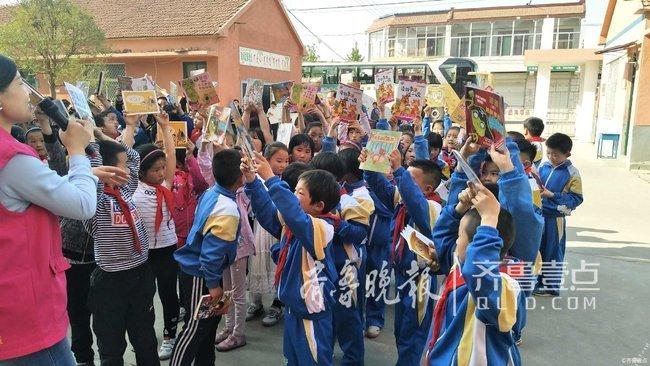 情报站|世界读书日,泰安公益组织为乡村小学生送书