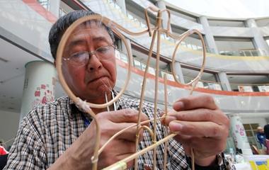山东潍坊举办传统风筝扎制赛