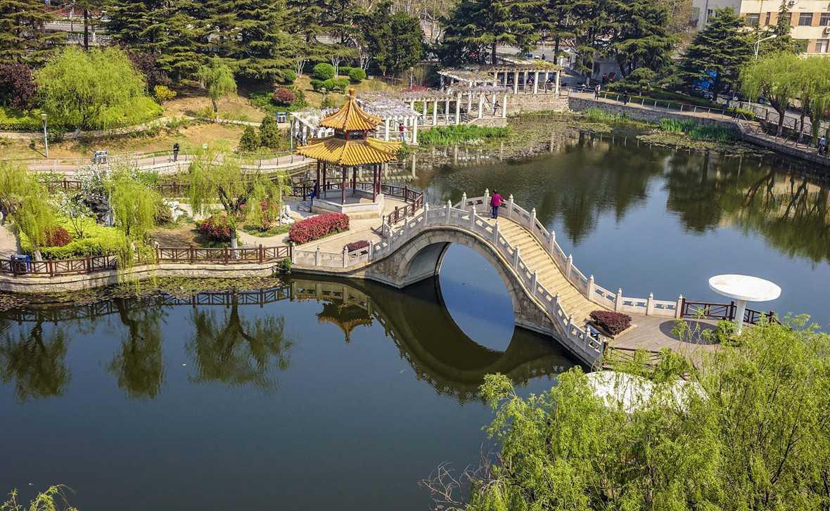 青岛柳湖绿如蓝 西海岸碧水秀春色
