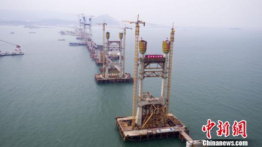平潭海峡公铁两用大桥完成首个航道主塔封顶