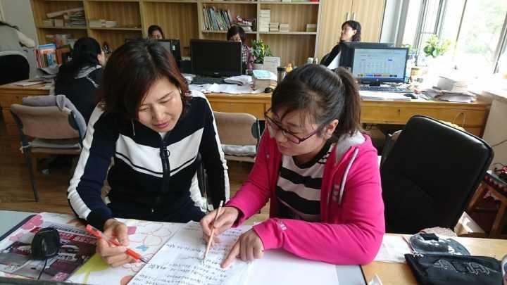 """骨折仅休了两周 潍坊一小学老师""""坐轮椅""""上课"""