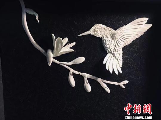 """纸上的浪漫:重庆大学学生刻出""""花样世界"""""""