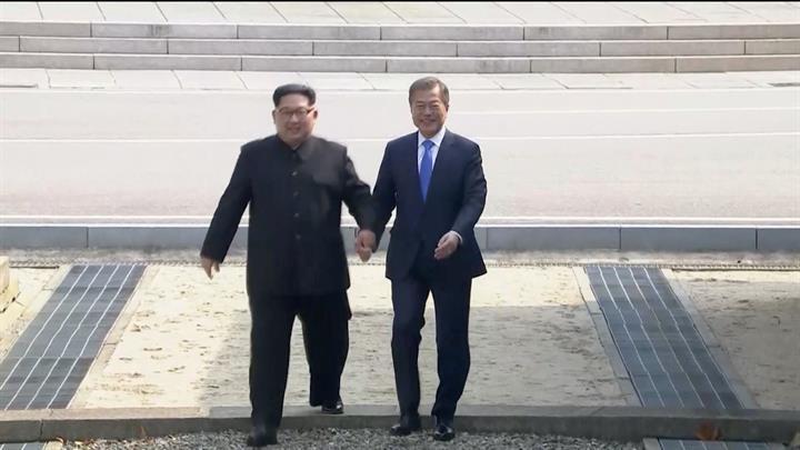金正恩从板门店跨越军事分界线 与文在寅握手