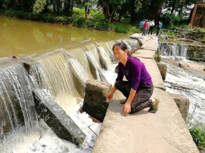 战青苔蹚洪水 四川华蓥20名孩子汛期冒险过桥上学