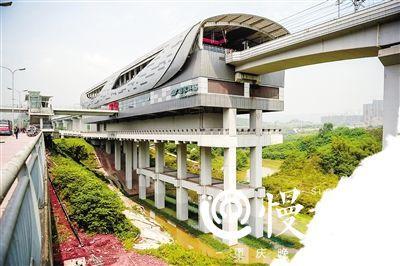 重庆网红地铁站建在河中 站台下可划船捉虾摸螺蛳