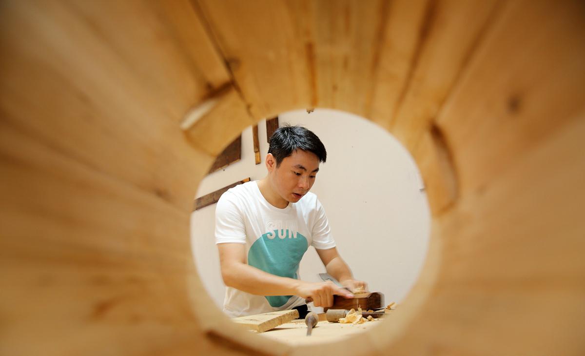 2017年6月11日,四川内江,张建正在加工制作木器。