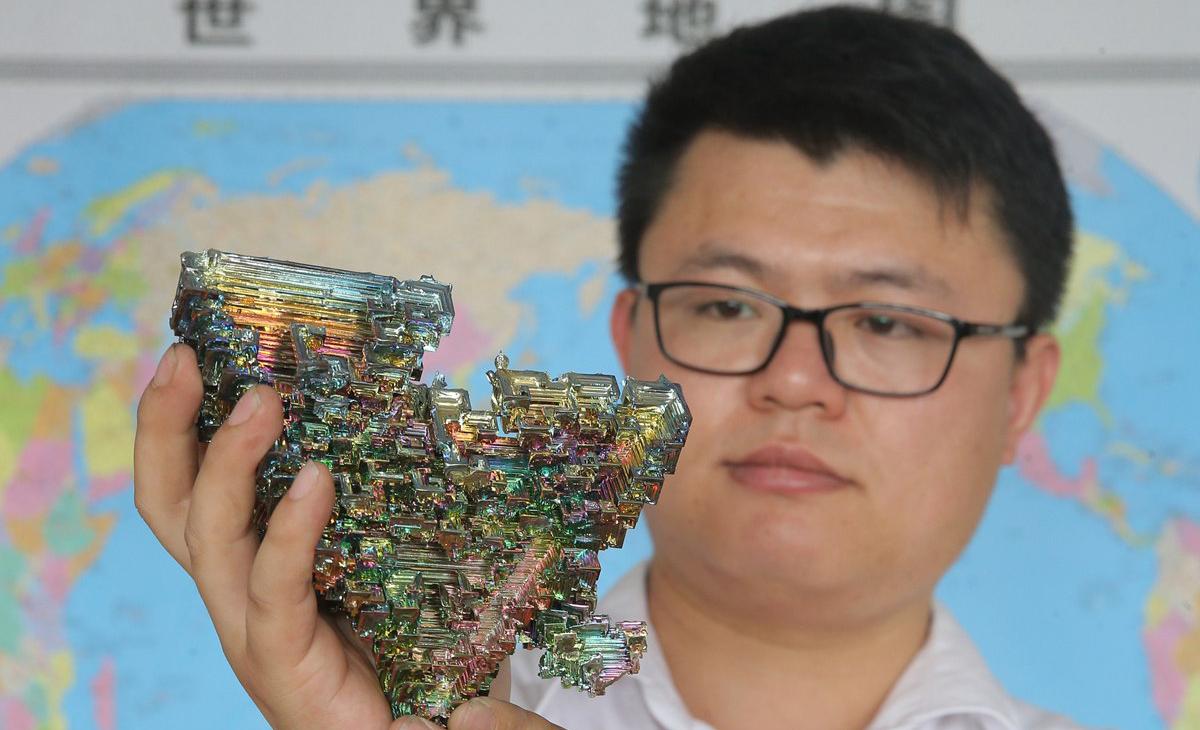 2017年7月3日,青岛,刘华栋展示自己制作的化学元素样品。