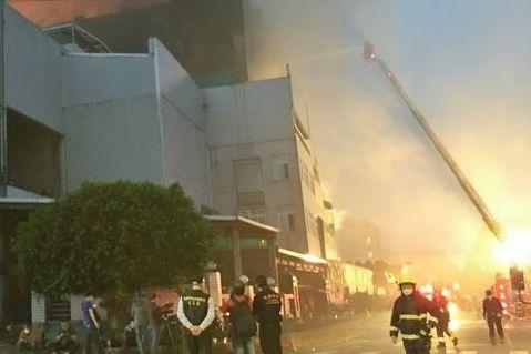 台湾桃园一工厂发生大火 5名消防员殉职2名工人亡
