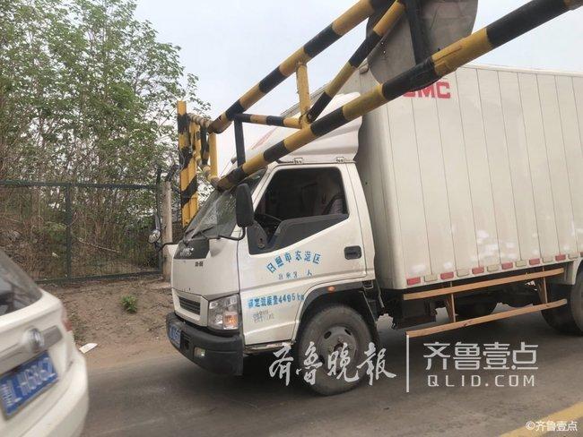 情报站|日照东港区一货车卡在限高杆处,动弹不得
