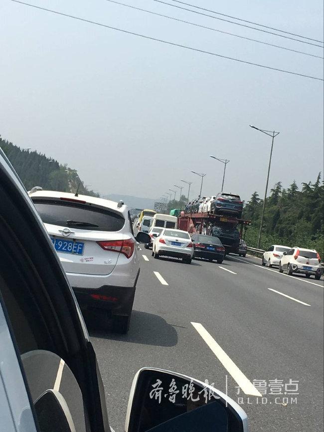 假期首日,高速有点堵就占用应急车道?谁给你的勇气