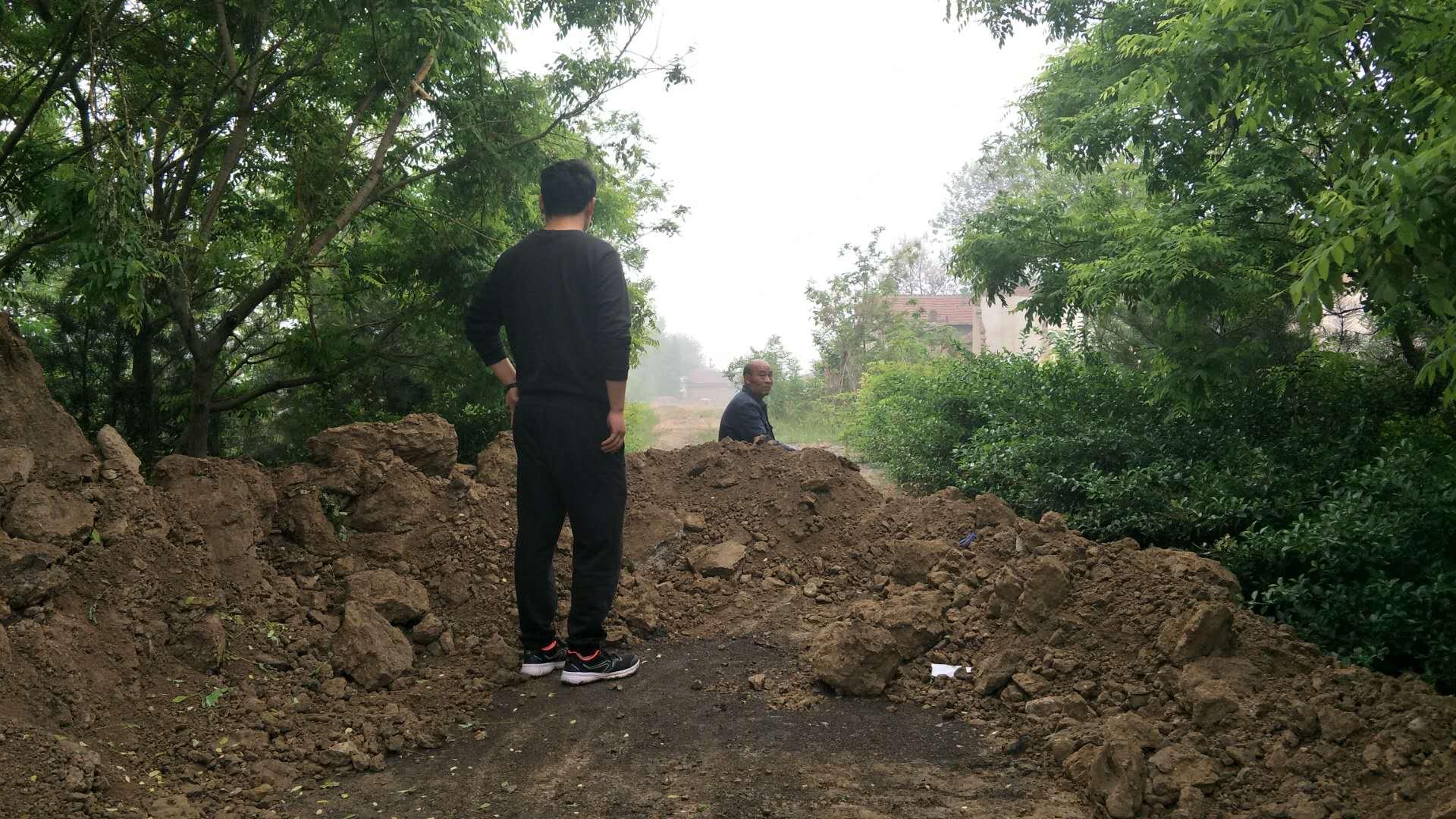 土堆挡住回家路 淄博高新区相关部门表示妥善处理