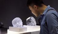 """英国最著名当代艺术家的水晶""""骷髅""""亮相""""艺术北京"""""""