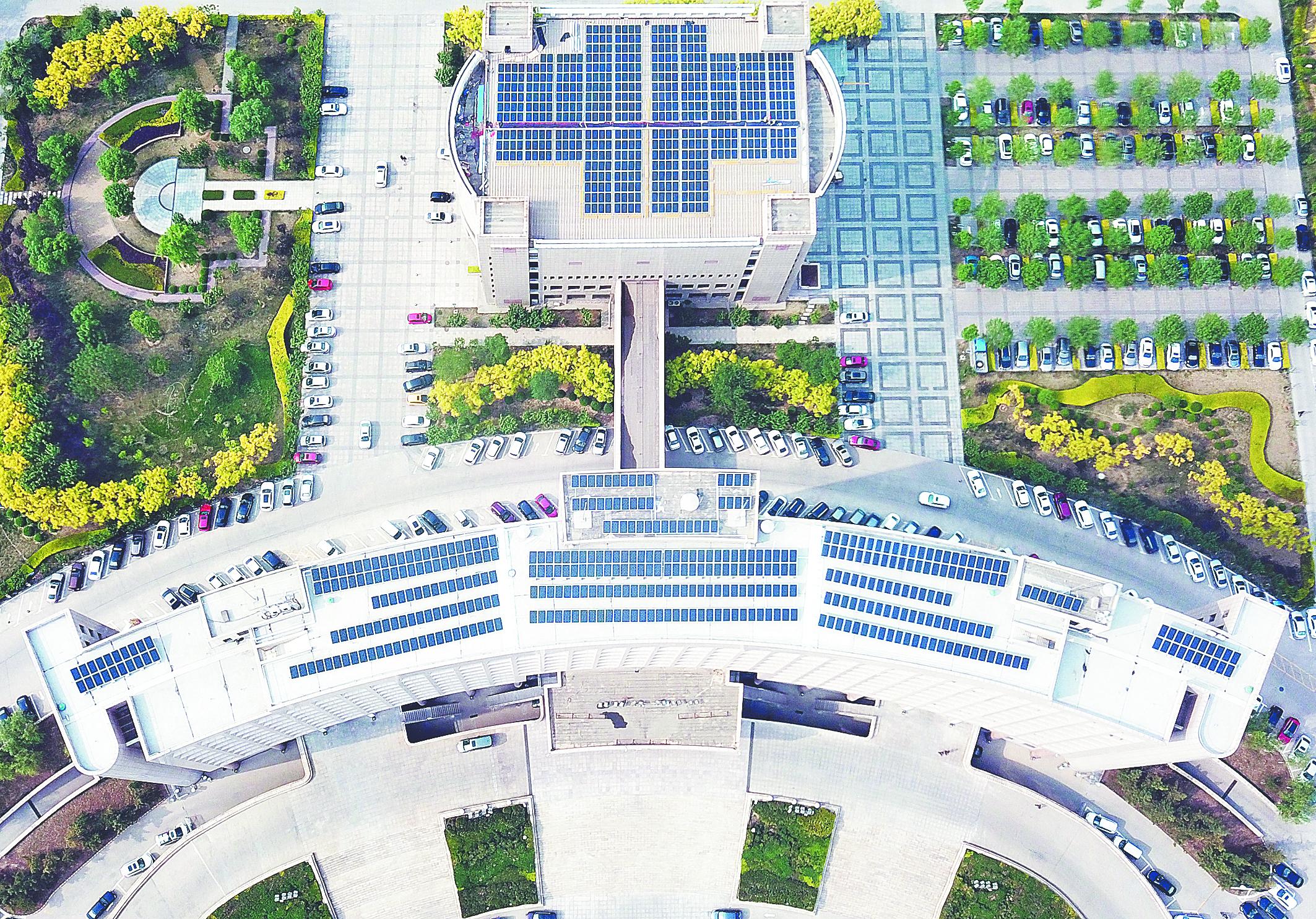 张店区政务中心正式用上光伏发电 每天发电量约1000度左右