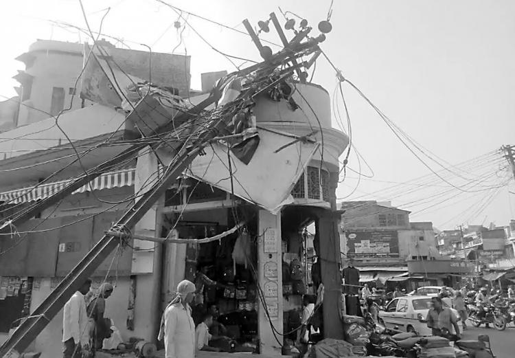 印度遭罕见沙尘暴袭击 已致逾百人死亡