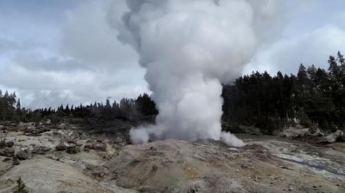 """火山蠢蠢欲动?世界""""最高""""间歇泉连续三次喷发"""