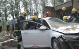 东营一渣土车侧翻 渣土压扁旁边轿车 两人被困