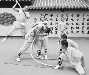 武术表演奇人绝技 少林功夫文化节台儿庄古城亮相