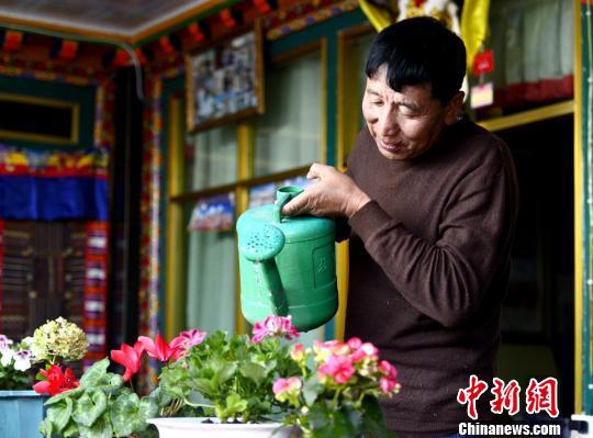 """西藏民主改革第一村民众""""换车记"""""""