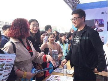 青岛普高招生咨询会在2中分校举行 特色班仍受关注