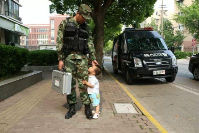 2岁娃求抱抱却遭拒 之后的举动让爸爸哽咽……