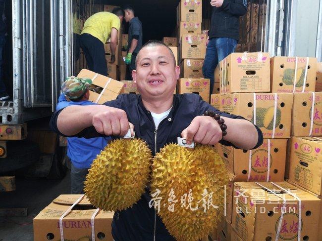 """进口水果哪家强 青岛人一天""""吃""""掉70万斤榴莲(图)"""