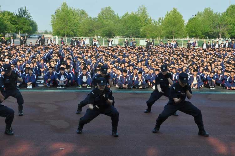 滨城特巡警走进校园开展反恐处突演练