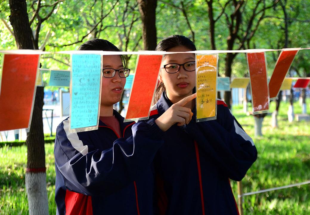 """潍坊:高三考生撰写""""祝福留言"""" 祈愿高考成功"""