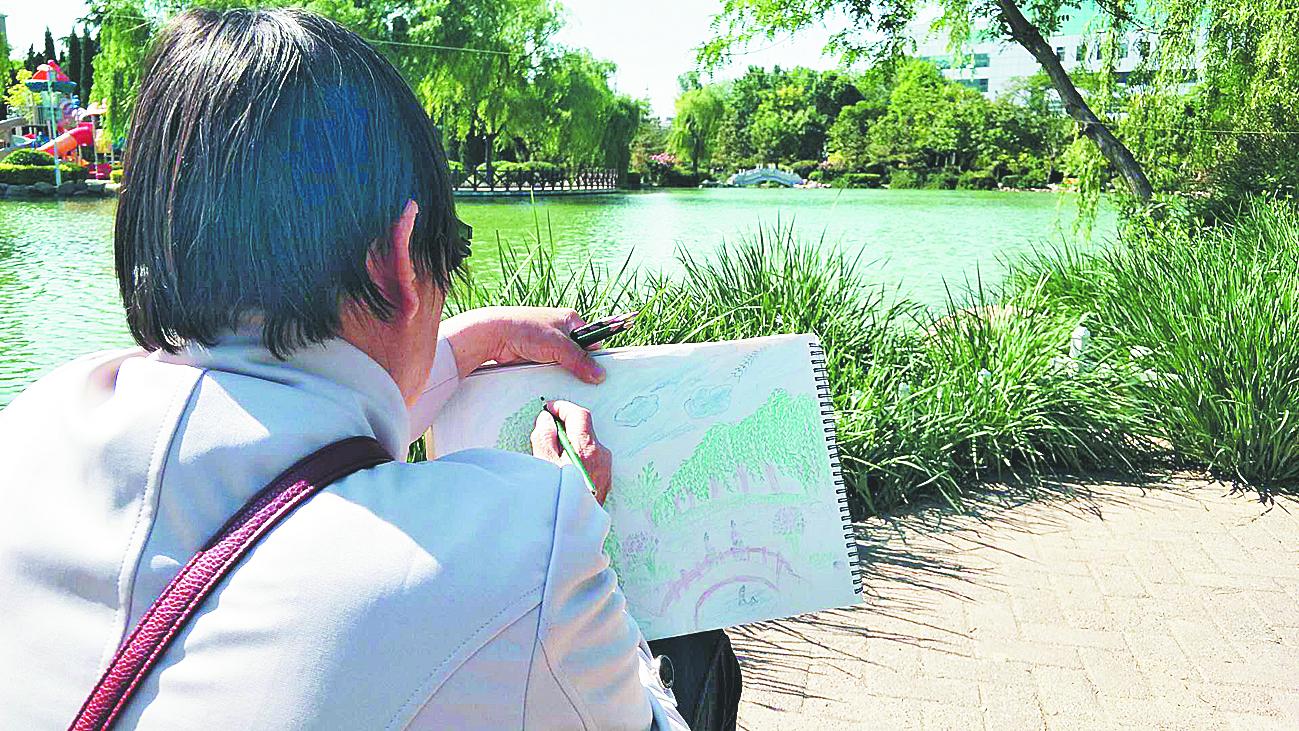 退休教师坚持每天公园作画 见证淄博近两年生态环境变化