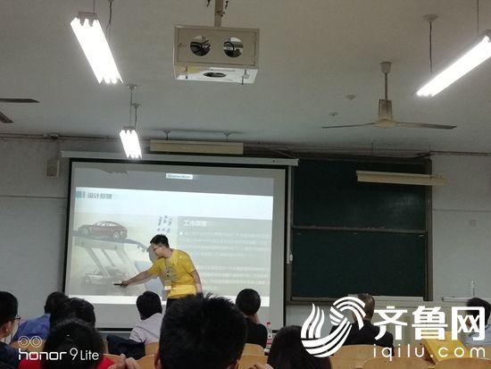 参赛学生向评委介绍设计原理20180508083347