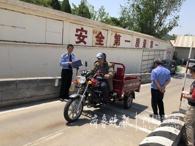交警路查越来越严,快递外卖骑手扎堆考摩托车驾照
