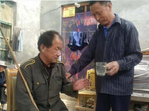 没有血缘却胜似兄弟,聊城6旬老人照顾失明邻居30年