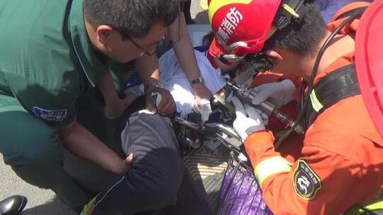 淄博桓台女学生骑电动车摔倒 刹车把手扎进腿