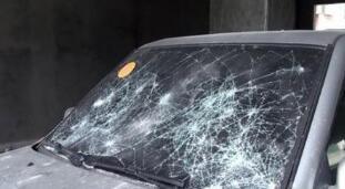 汽车被挡 张店男子怒砸车玻璃被拘