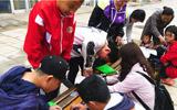 东营市燕子保护行动,一群孩子忙着为燕子安家
