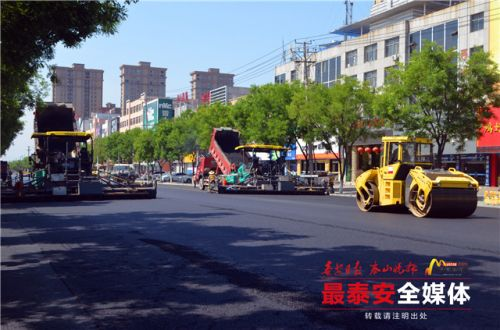 新泰东周路改造进行沥青铺筑 5月底全部竣工