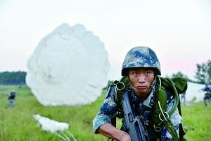 汶川地震举横幅要当空降兵的男孩 如今成黄继光班班长