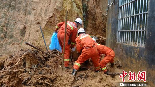 广西钦州男子清理排水沟遇山体滑坡被埋压死亡