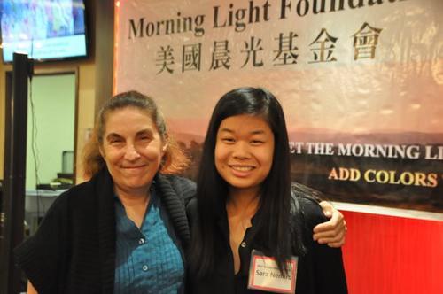 华人女孩获奖学金鼓励 感谢美国养母多年付出