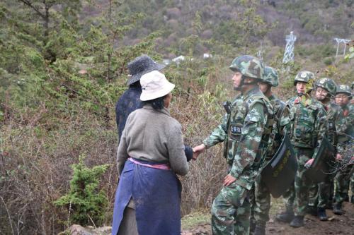 卓嘎、央宗在巡逻线上与巡逻官兵偶遇。 中新网 王禹 摄