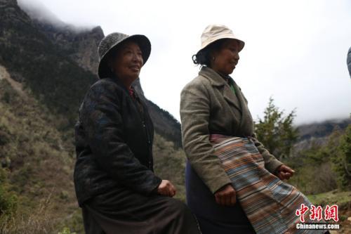 卓嘎、央宗两姐妹在巡逻线上。 中新网 王禹 摄