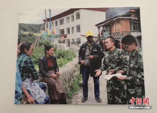 玉麦乡边防派出所所长徐杨刚与当地居民交流合影。