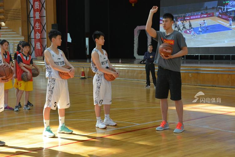 贾诚回归母校与师生热情互动 透露休赛期训练计划