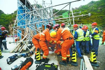 施工隧道坍塌抢险处置演练:隧道救援钻机首秀