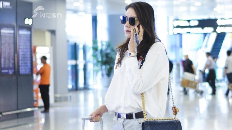 林丹爱妻现身机场 尽显气质电话煲不停