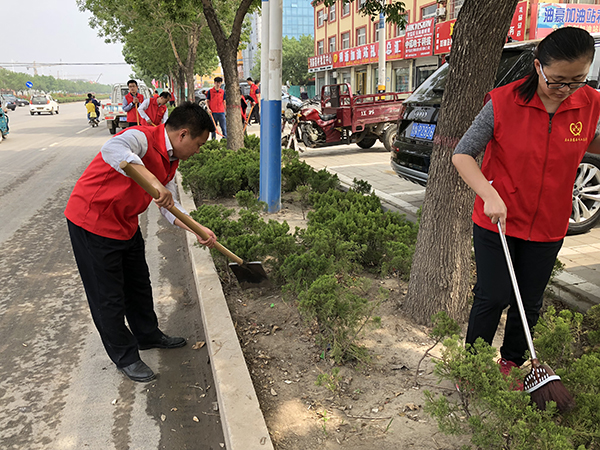 志愿者们在打扫卫生