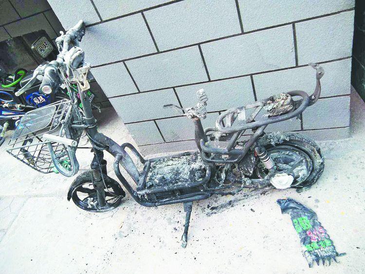 临淄二化六区:电动车停楼道 夜晚传来爆炸声
