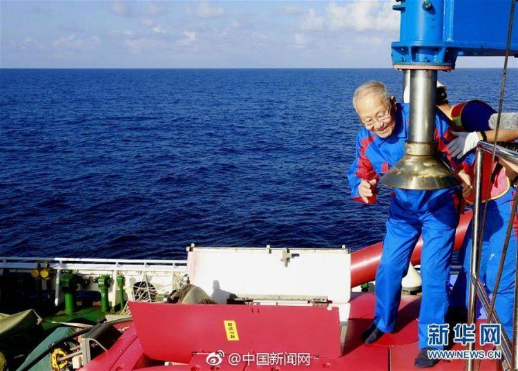 """最高龄乘客!82岁院士乘""""深海勇士""""号下潜"""